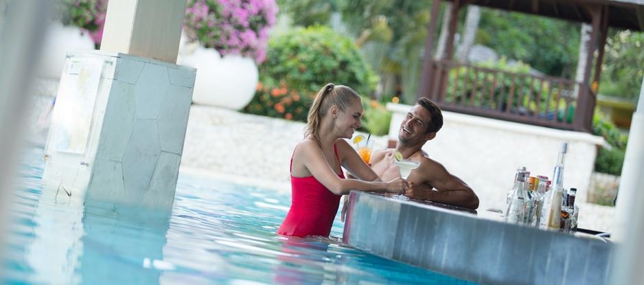 holiday-inn-resort-baruna-bali-pool-bar